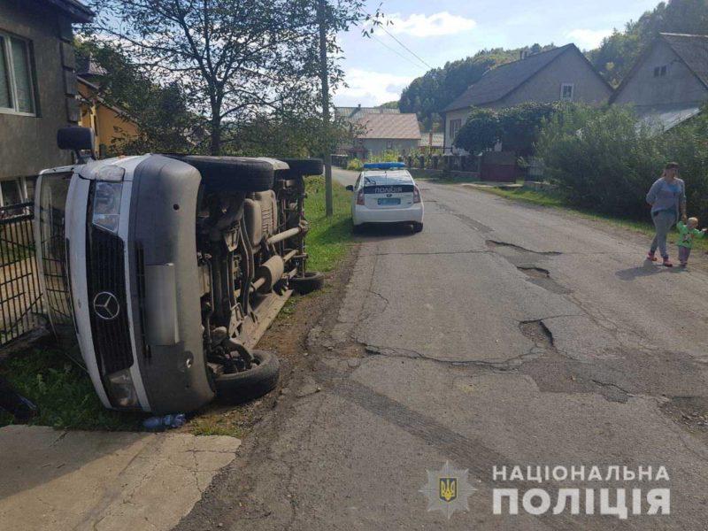 П'яний водій на Закарпатті наїхав на жінку і двох дітей (ФОТО)