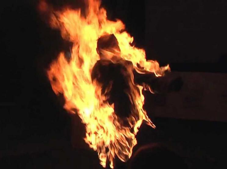 Посварилися: Чоловік облив бензином дружину та підпалив