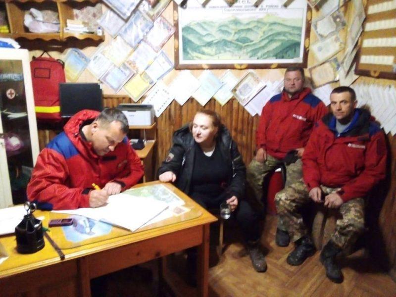 Карпати з туристами не жартують: у горах Рахівщини рятували туристку (ФОТО)