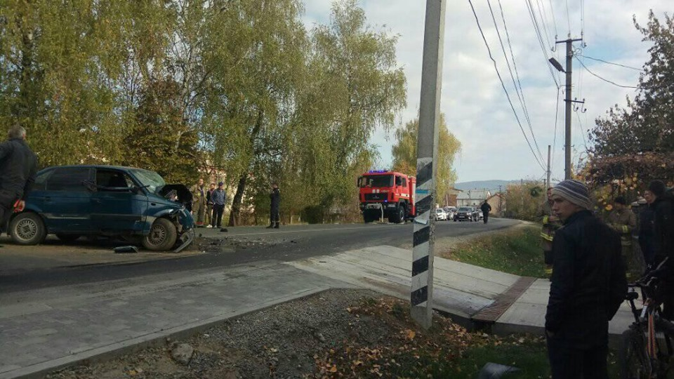 Водіїв госпіталізували: на Закарпатті лоб у лоб зіткнулись два легковика (ФОТО), фото-4