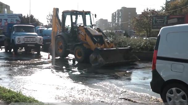 Через аварію в Ужгороді затопило дорогу на перехресті у Новому районі (ВІДЕО), фото-1