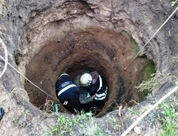 Смерть у фекаліях: у вигрібній ямі знайшли мертвими трьох людей