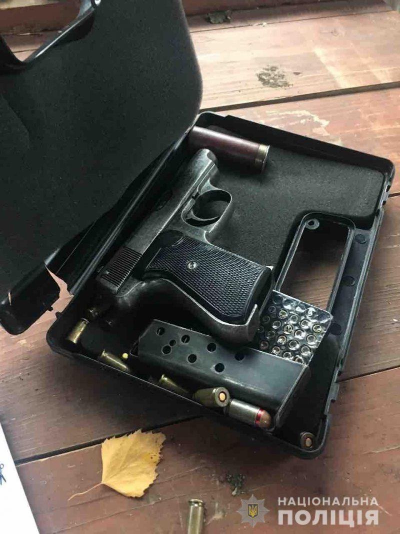 Почав викидувати зброю з вікна: на Мукачівщині у чоловіка вилучили пістолети та десятки набоїв (ФОТО)
