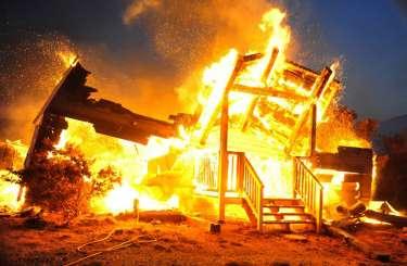 Масштабна пожежа на Рахівщині: вогонь повністю зруйнував споруду