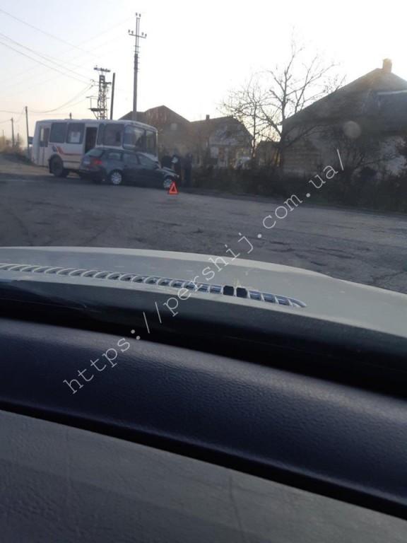 Автобус не розминувся з легковиком: ранкова ДТП на Мукачівщині (ФОТО)