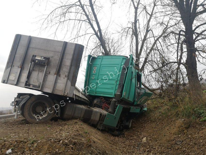 Підвищена небезпека: водій фури з'їхав у кювет на Мукачівщині (ФОТО)