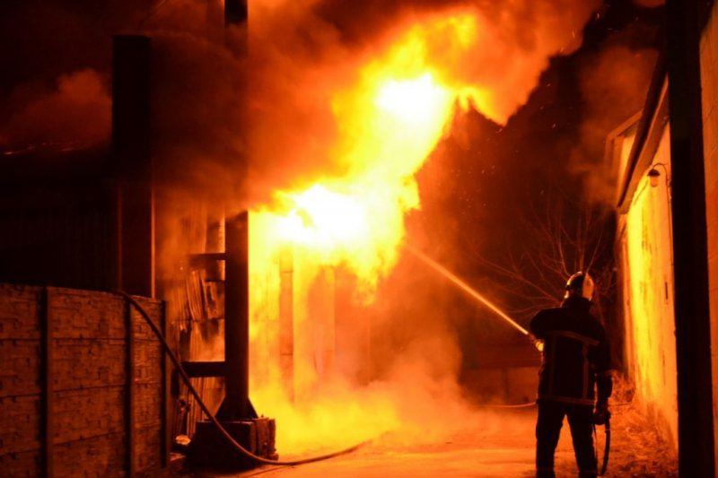 Пожежа на Тячівщині: вогонь знищив надвірну споруду