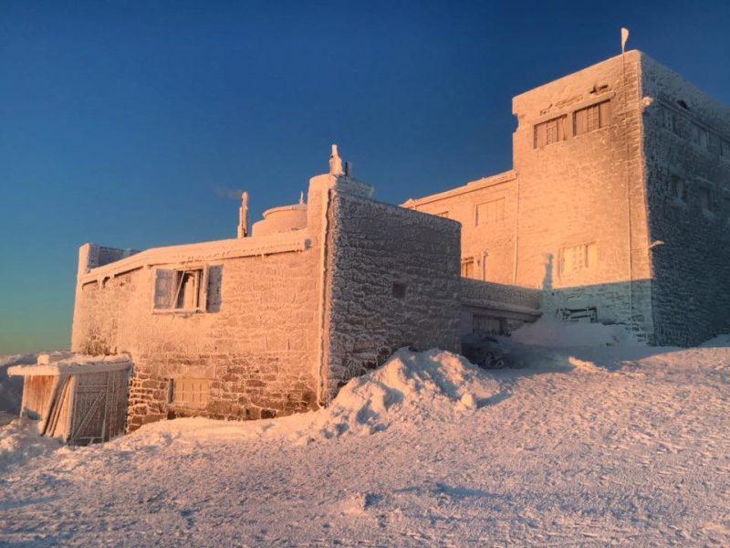 Мороз та сонце: вершини Карпат продовжує вкривати біла ковдра (ФОТО)