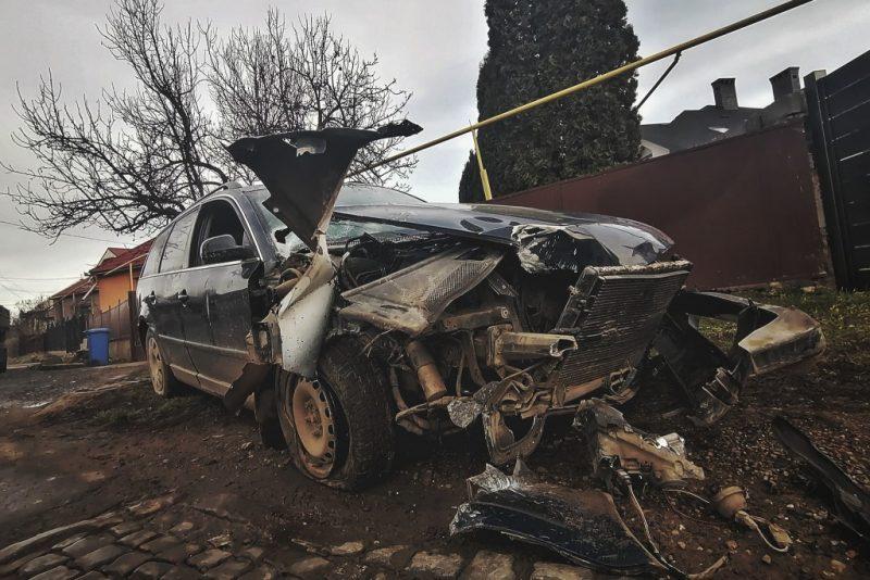 ДТП у Мукачеві: водій на швидкості влетів в електроопору (ФОТО)