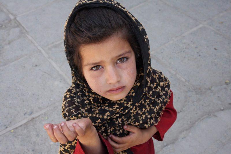 Багатодітна мати змушувала доньку жебракувати на Закарпатті