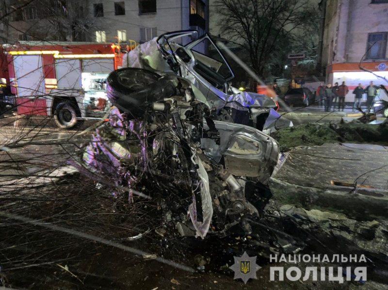 Від удару авто зім'яло як бляшанку: страшна ДТП з деревом