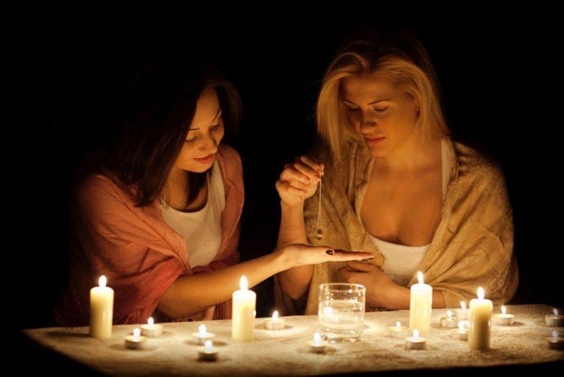 Зламати вишню, сховати хліб та кинути кільце: найпопулярніші ворожіння на коханого 7 грудня