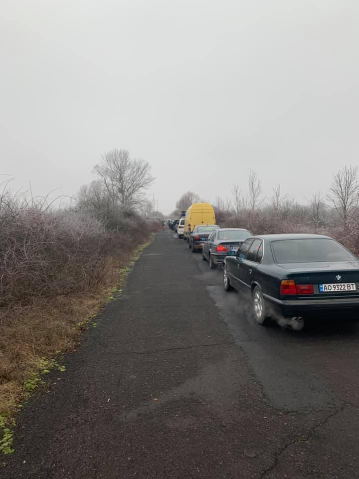 Закарпатці стоячи у черзі на кордоні по 6 годин просять владу втрутитися