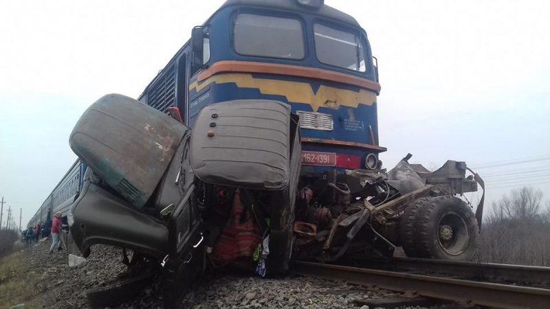 Є жертви: у Тячеві вантажівка опинилася під колесами потягу (ФОТО)