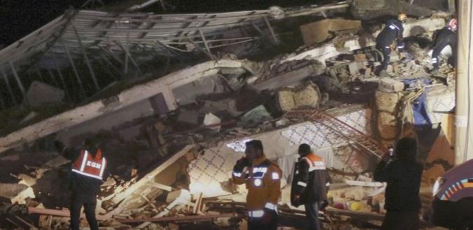 Люди в паніці: момент смертельного землетрусу в Туреччині