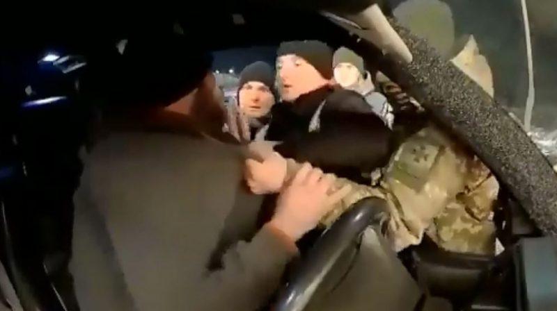 """Конфлікт на кордоні: на КПП """"Солотвино"""" держслужбовці силоміць витягали водія із авто (ВІДЕО), фото-1"""