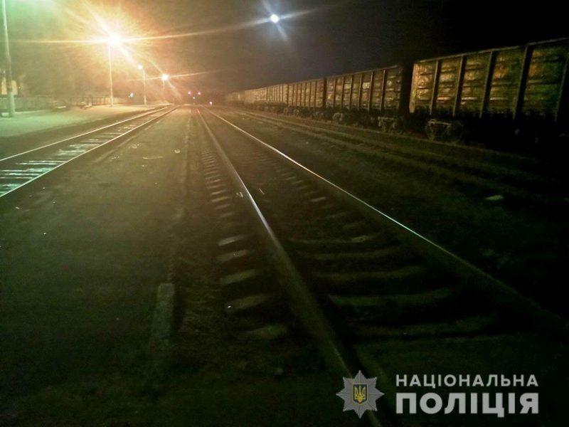 Чоловік напідпитку ледь не загинув під потягом (ФОТО)