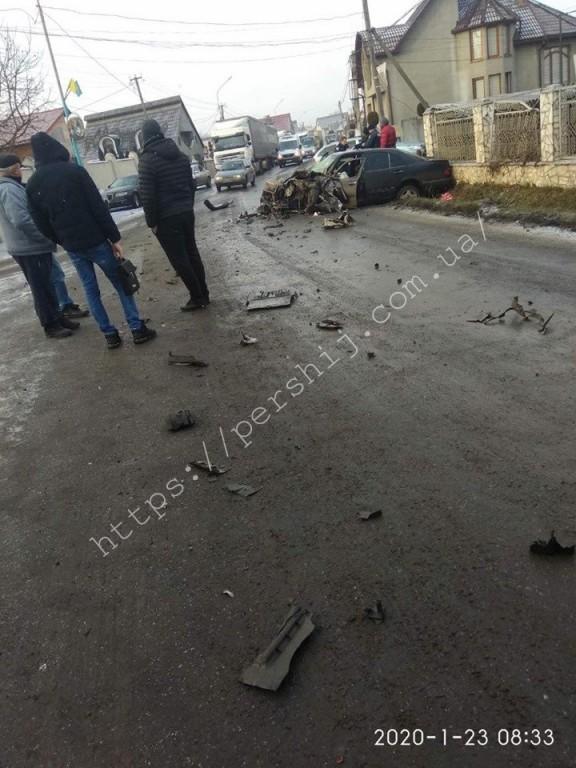 Перед автівки розтрощило вщент: ранкова ДТП на Рахівщині (ФОТО)