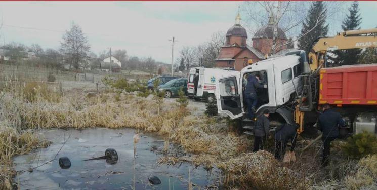 Моторошна знахідка: у водоймі в селі знайшли авто з 4 трупами (ФОТО)