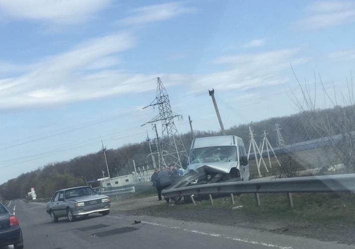 Мікроавтобус зіткнувся з відбійником: на Ужгородщині трапилась моторошна ДТП (ФОТО), фото-1