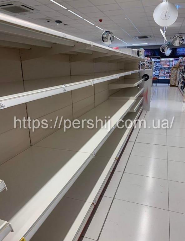 Польща піддалась паніці: у супермаркетах порожні полиці (ФОТО)