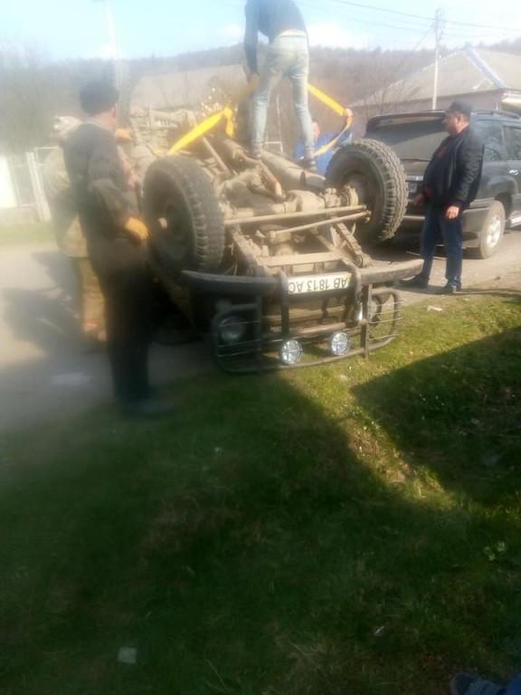 ДТП на Рахівщині: легковик перекинувся серед дороги (ФОТО)