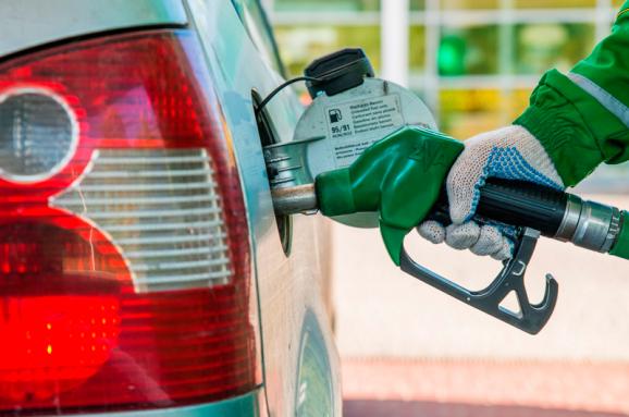 Пальне подешевшає: бензин по 15 гривень і заправки на карантині