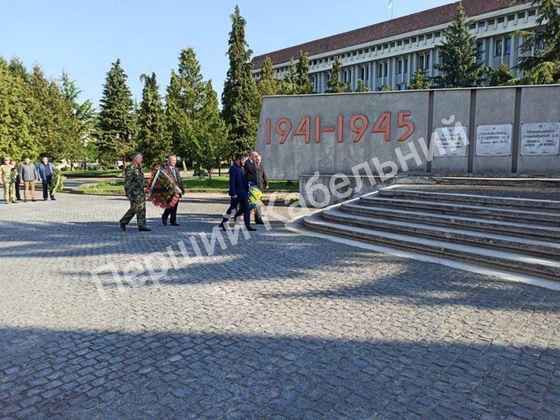 У Хусті провели церемонію покладання квітів до Монументу Слави у центрі міста (ФОТО)