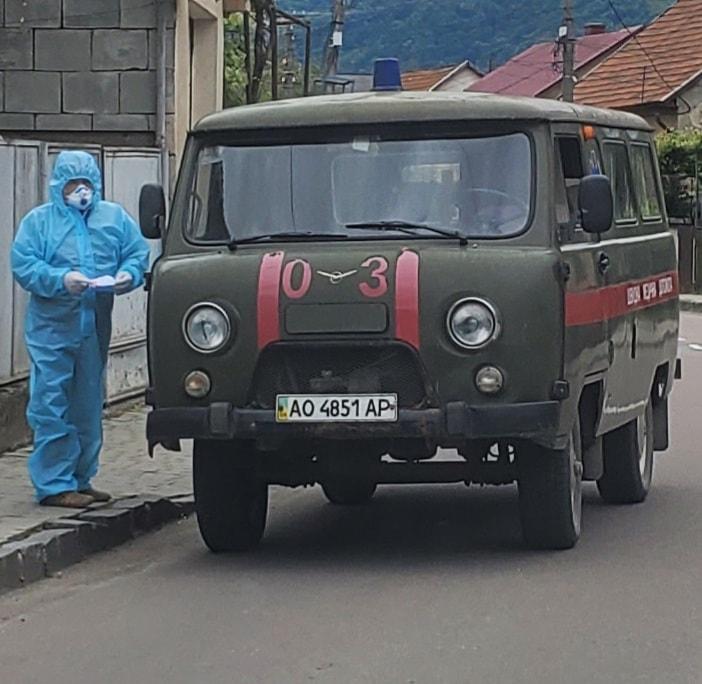 Забрала швидка: у Хусті ще одна підозра на коронавірус (ФОТО)