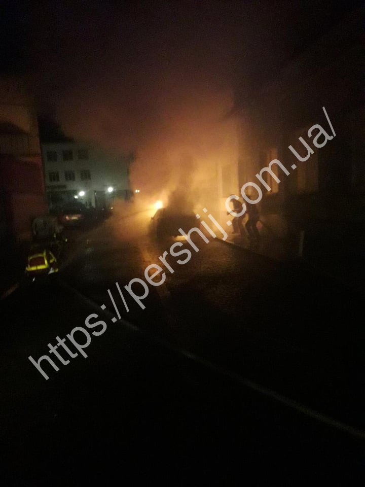 Нічна пожежа в Хусті: автівка згоріла вщент (ФОТО)