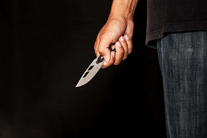 Самогубство на Закарпатті: чоловік встромив ніж собі у серце
