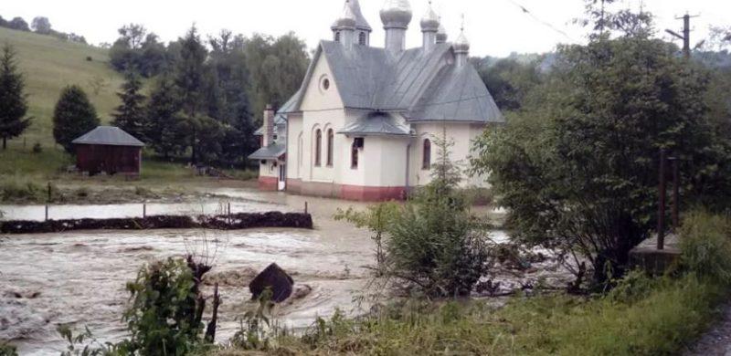 Велика вода затопила церкву на Рахівщині (ФОТО, ВІДЕО)