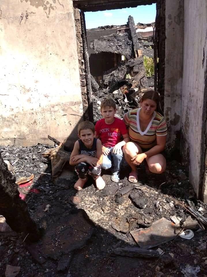 Багатодітна сім'я опинилась на вулиці: на Хустщині вогонь знищив будинок