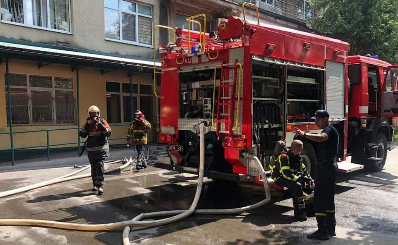 Пожежа в Хусті: вогонь охопив районну лікарню (ФОТО)