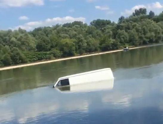 Посеред Тиси: на Виноградівщині автобус опинився у річці (ФОТО)