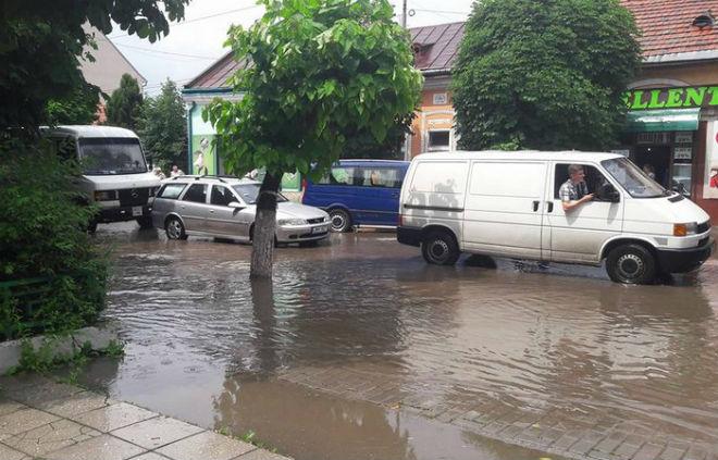 Сильні зливи пронеслися Закарпаттям: Виноградів у воді (ВІДЕО)
