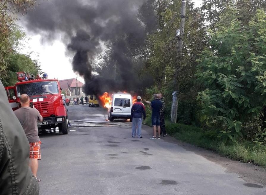 Спалахнула наче сірник: на Виноградівщині горіла автівка (ВІДЕО)