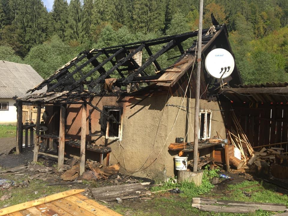 Пожежа на Рахівщині: знищено покрівлю і перекриття будинку (ФОТО)