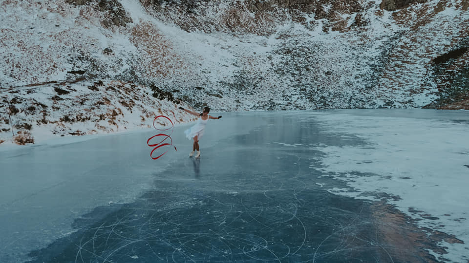 Фантастична краса Закарпаття: фігурне катання на замерзлому озері посеред гір (ФОТО)