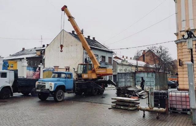 У центрі Берегова вже почали монтаж ковзанки (ФОТО)