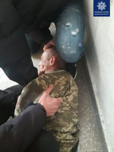 """На вокзалі до приїзду """"швидкої"""" закарпатські поліцейські рятували військового"""