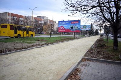 На вулиці Тиводара Легоцького продовжується капітальний ремонт – монтують ФЕМ-плитку, встановлюють бордюри