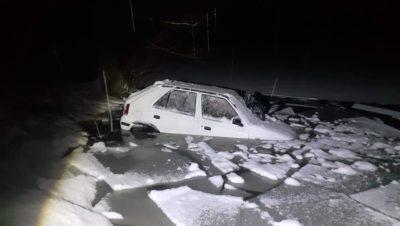 У сусідній Словаччині жінка дві години не могла вибратись з автомобіля, який провалилось під кригу (ФОТО)