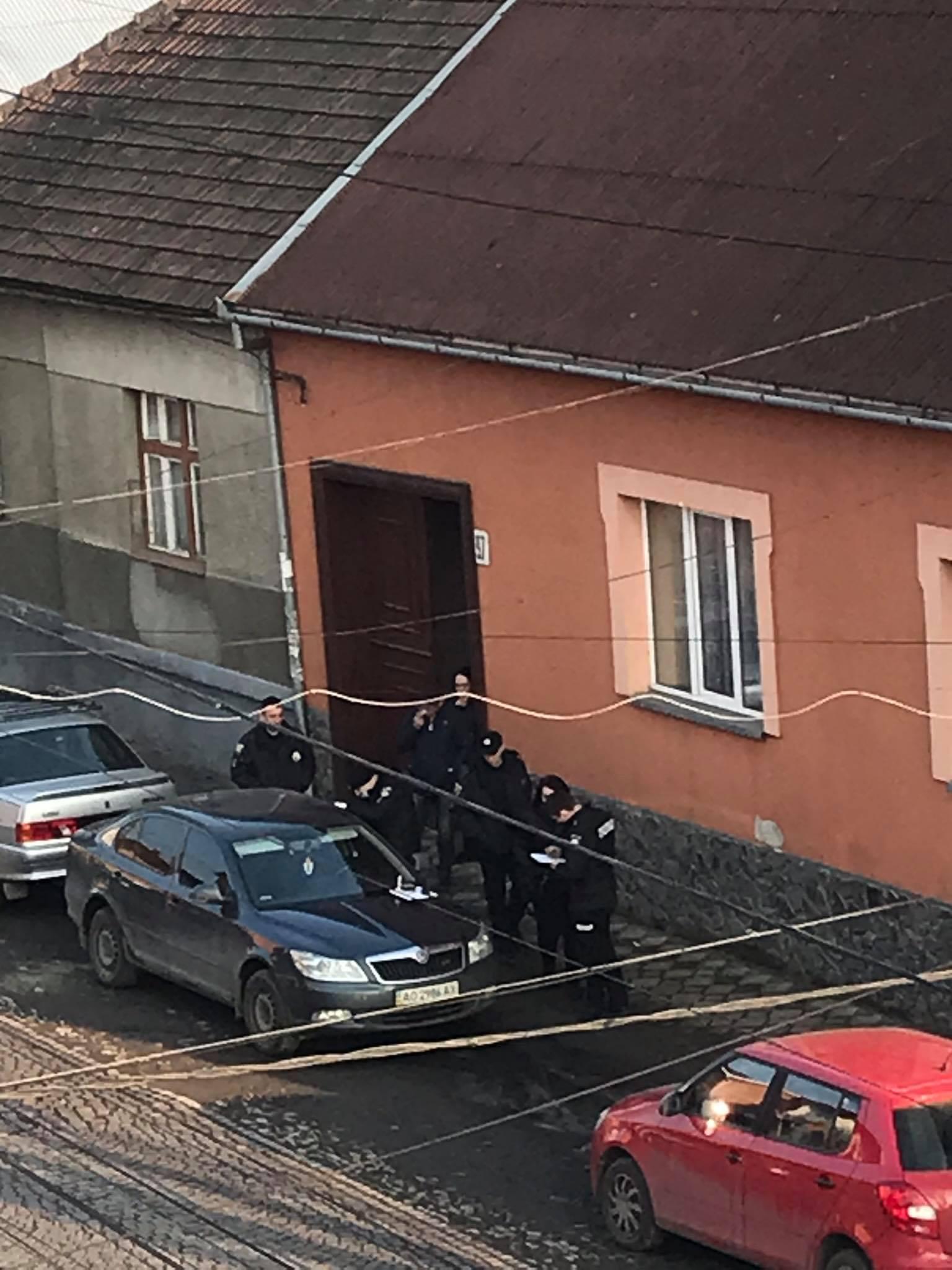 В Мукачеві невідомі пограбували авто: на місці працювала поліція (ФОТО, ВІДЕО)