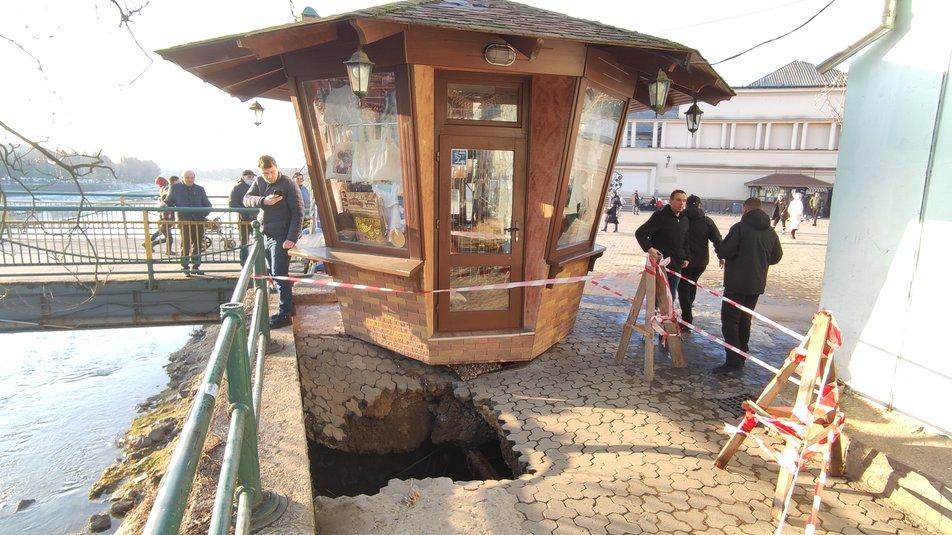 В Ужгороді на площі Театральній утворилася яма через обвалену бруківку (ФОТО)