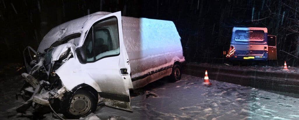 На Прикарпатті автомобіль зіштовшнувся з рейсовим автобусом з 14 пасажирами (ФОТО)