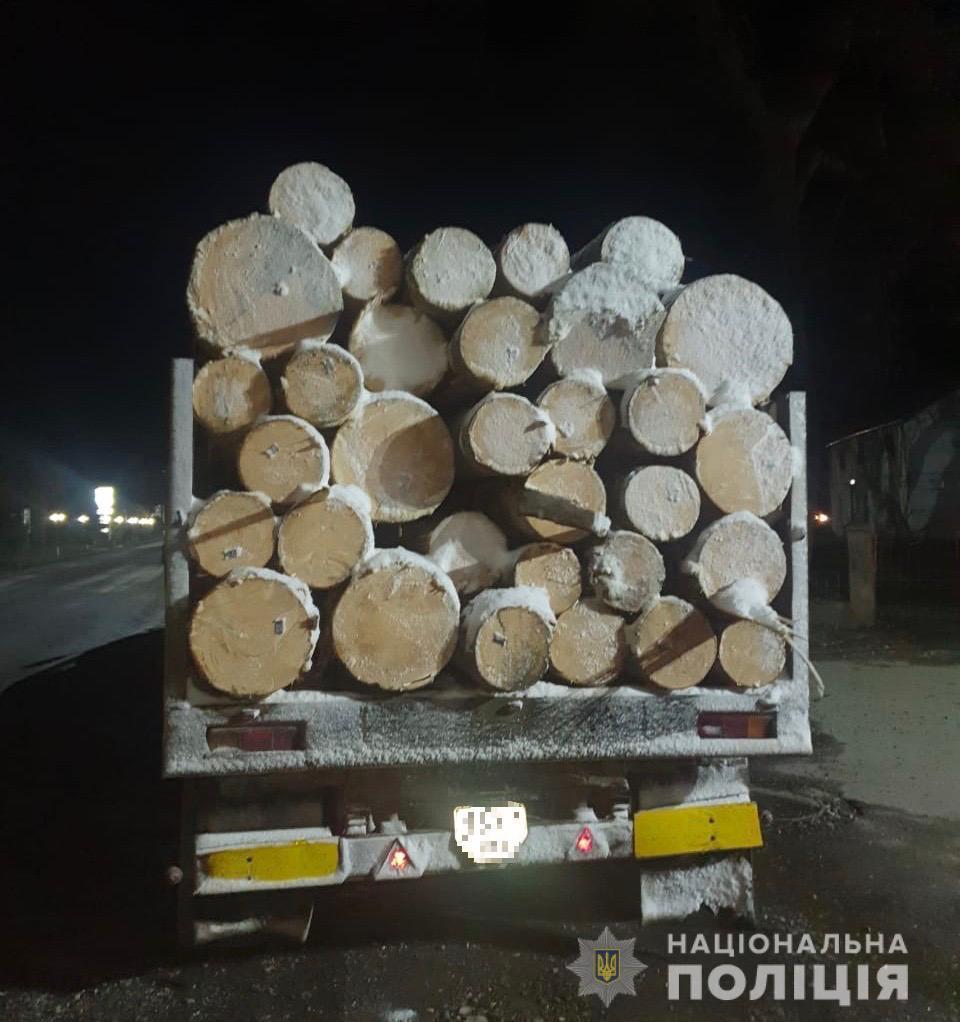 На Закарпатті поліція затримала й опечатала 2 вантажівки з деревиною (ФОТО)