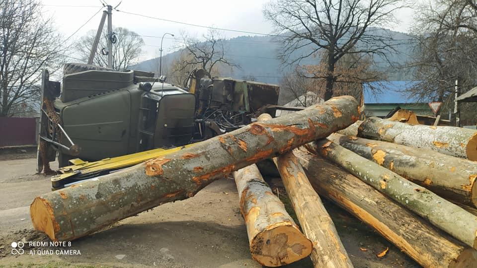 Серед дороги перекинувся навантажений деревиною лісовоз