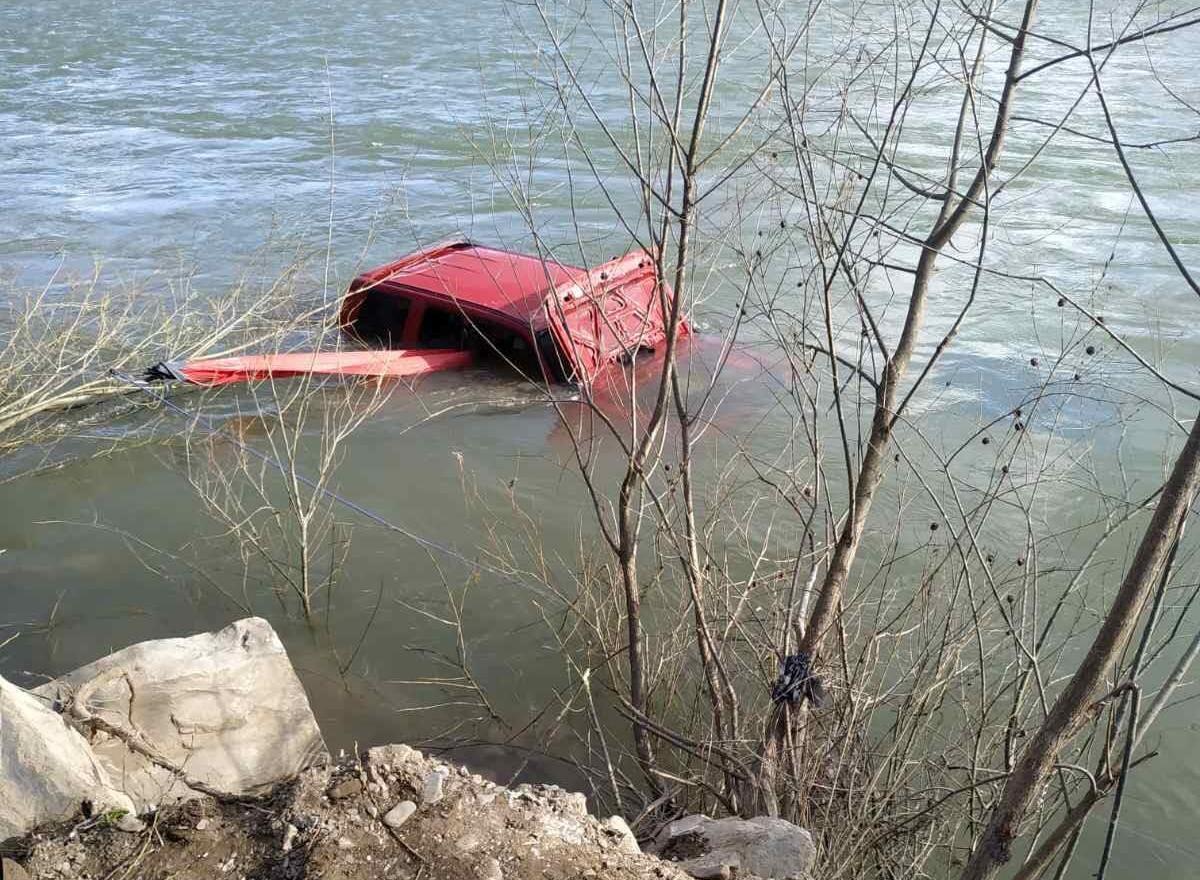 В Карпатах автомобіль віднесла течія річки (ФОТО)