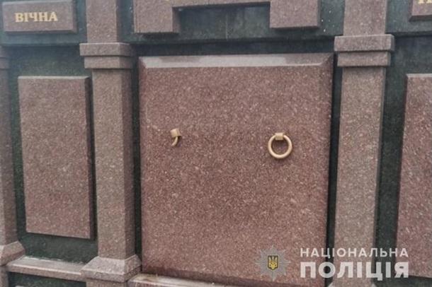 Крав круглі металеві і бронзові ручки з надгробних кришок: Вандал за дві ночі пошкодив 80 могил (ФОТО, ВІДЕО)